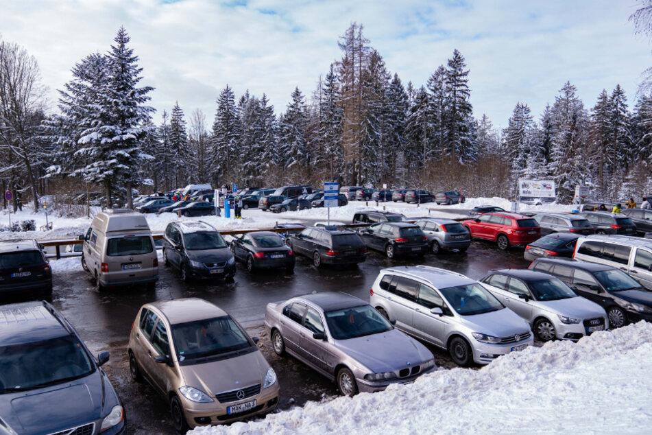 Einer der Parkplätze am Ochsenkopf ist gefüllt. Vor der Verschärfung der Corona-Beschränkungen zog es nochmal viele Menschen in Urlaubs- und Skigebiete.