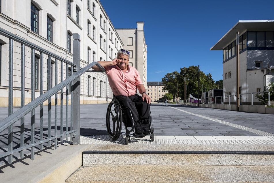 Rollstuhlfahrer und VdK-Landesvorsitzender Horst Wehner (68) fühlt sich an der neuen Treppe neben der Alten Aktienspinnerei diskriminiert.