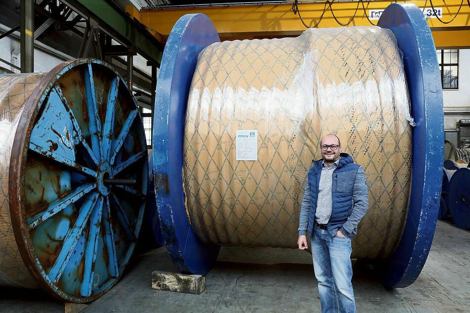 Diese Stahlseil-Rolle wiegt 56 Tonnen und wird nach Brasilien exportiert. Sven Cornelius (40) ist stellvertretender Betriebsleiter am Standort Zwickau.