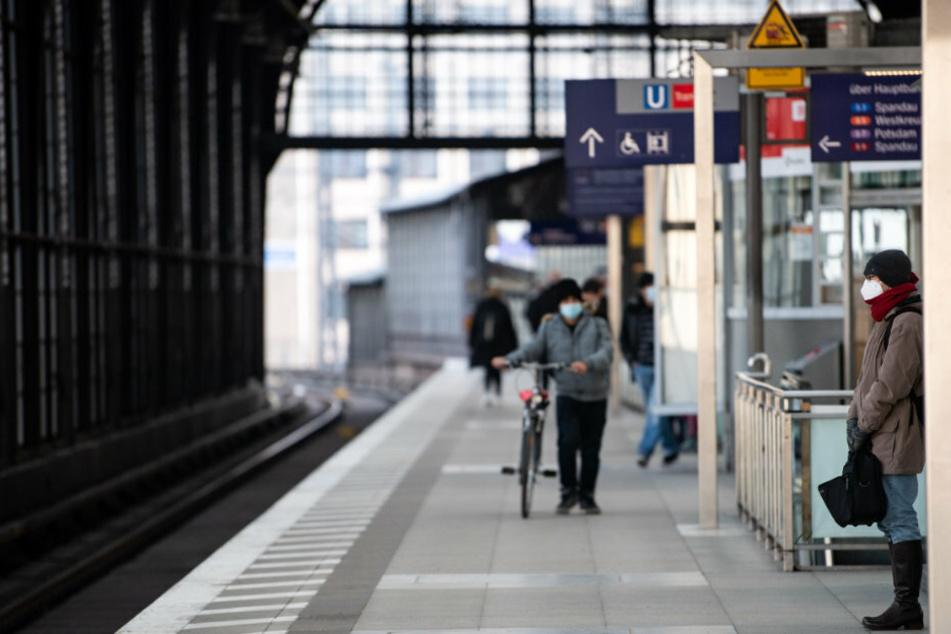 :Fahrgäste mit Mund-Nasen-Bedeckungen warten am Bahnhof Friedrichstraße in Mitte auf eine S-Bahn.