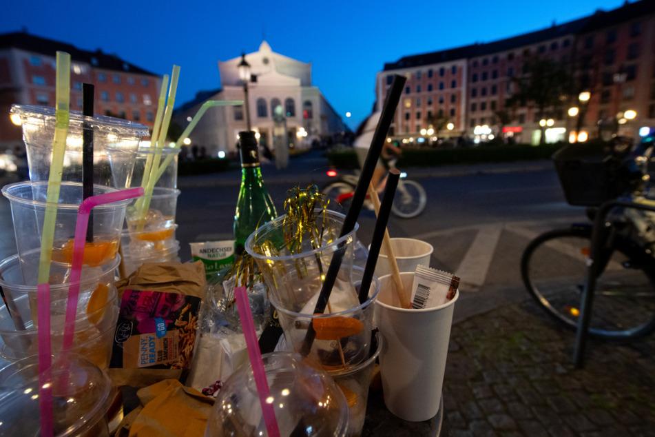Zahlreiche Plastikbecker und Müll sind am Abend in einem übervollen Mülleimer am Gärtnerplatz zu sehen.