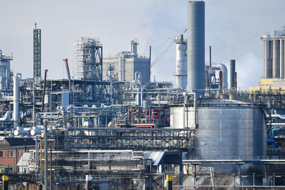 Im Chemieunternehmen BASF trat eine Flüssigkeit aus. Die Anwohner wurden vorsorglich gewarnt, kein Obst und Gemüse aus dem Freien zu essen.