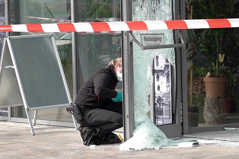 Erst gab es einen Knall, dann brach Feuer aus: Geldautomat in Supermarkt gesprengt