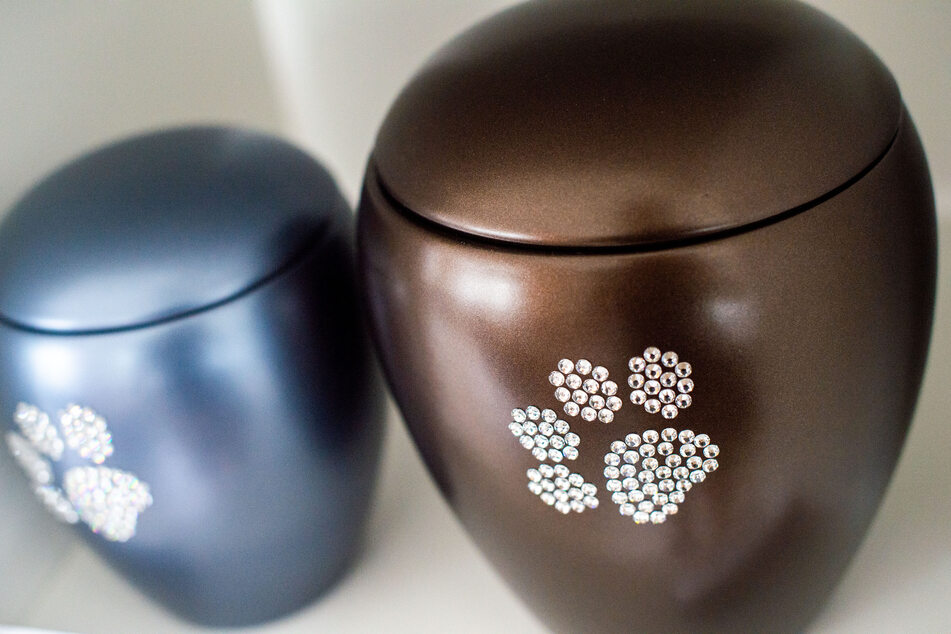 Die Urnen können je nach Wunsch und Aufpreis verziert werden.