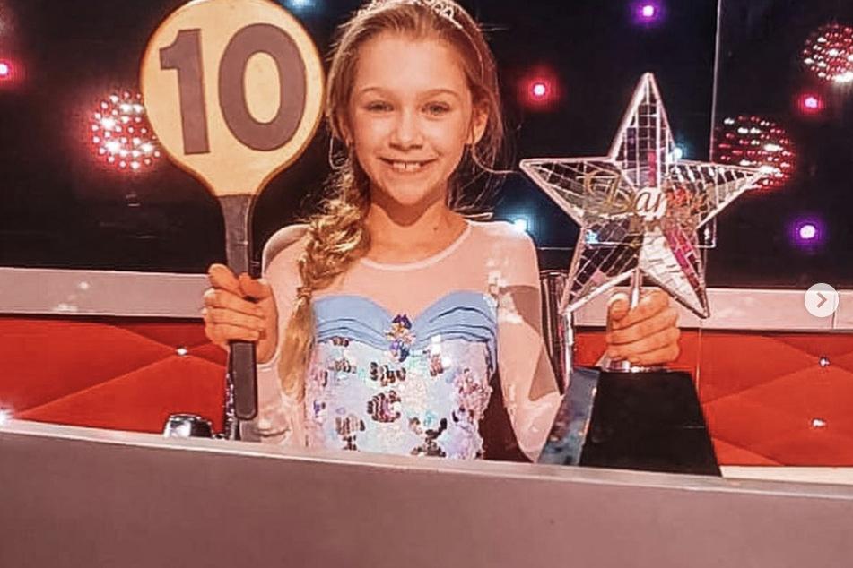 """Töchterchen und große Schwester Jona (10) ist stolze Gewinnerin von """"Let's Dance Kids""""."""