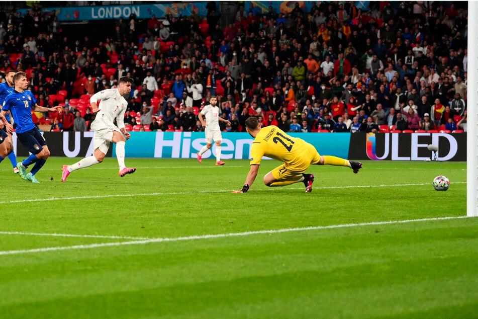 Der Ausgleich in der Schlussphase! Alvaro Morata (M.) überwindet Gianluigi Donnarumma (r.) mit diesem Flachschuss und erzielt das 1:1 für Spanien.