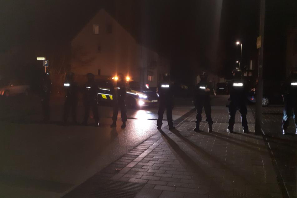 Am Sonntag hat die Polizei in Meckenheim nahe Bonn einen Tatverdächtigen nach mehreren Schussabgaben überwältigt. Der Mann starb vor Ort.
