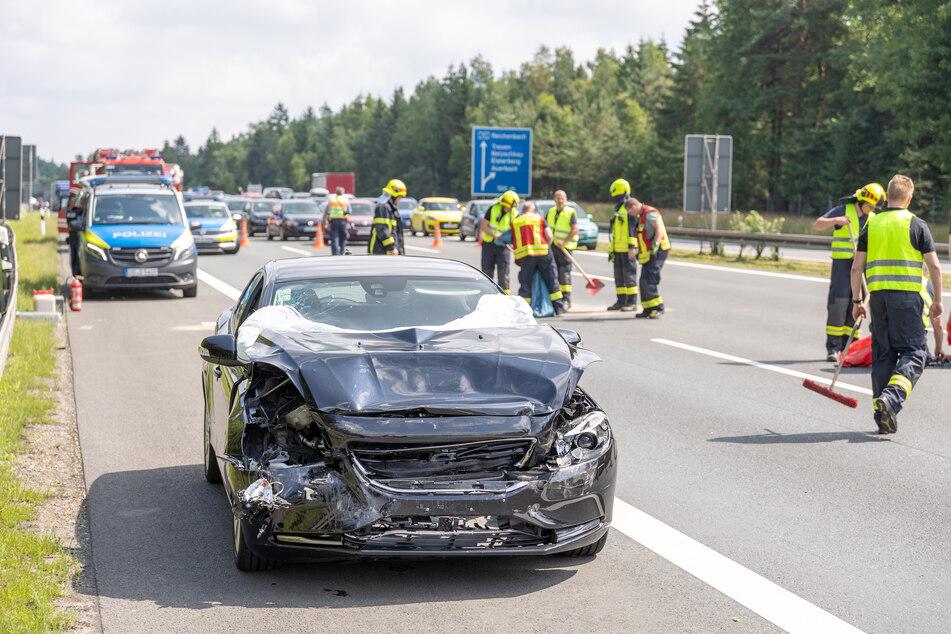 Auf der A72 bei Treuen (Vogtland) kam es am Samstagvormittag zu einem Unfall. Ein Volvo-Fahrer fuhr auf einen VW auf.