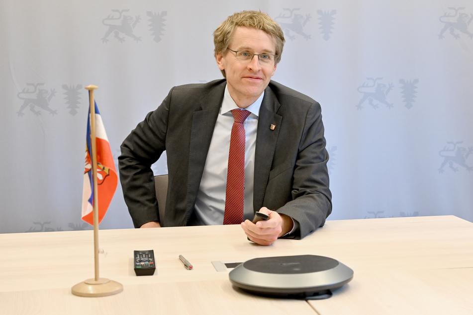 Daniel Günther (CDU), Ministerpräsident von Schleswig-Holstein, sitzt in dem Raum von dem aus er an Videokonferenzen teilnimmt.