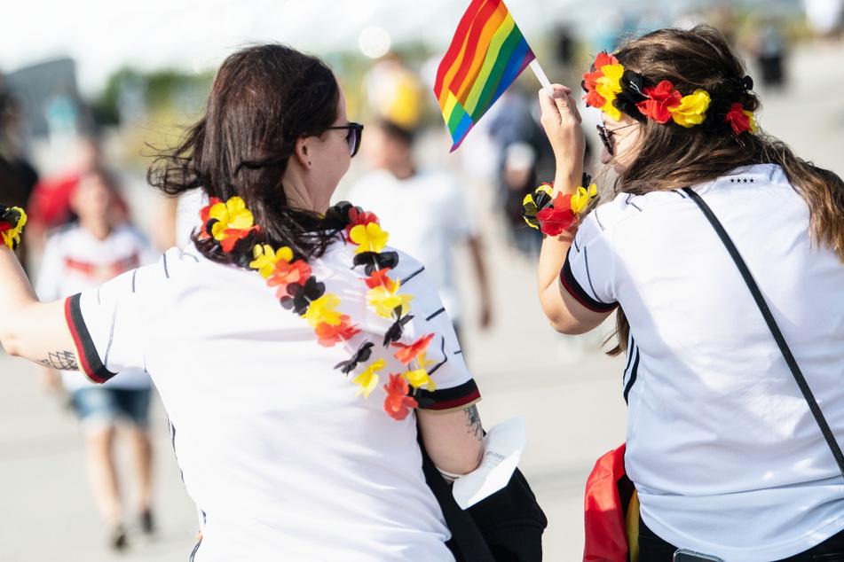Die Debatte um Homosexualität und Akzeptanz von Vielfalt hat die Stimmung unter Fans vor dem Spiel Deutschlands gegen Ungarn beeinflusst.