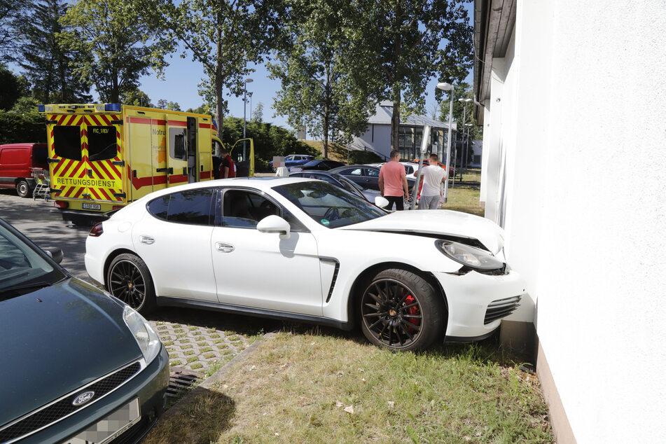 Porsche kracht in Hauswand: Fahrerin verletzt