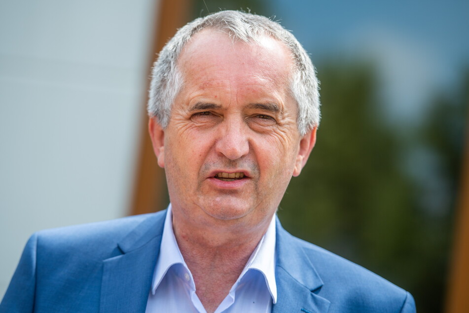 Sachsens Regionalminister Thomas Schmidt (60, CDU, Foto l.) will die Mietpreisbremse. Sie soll ab 2022 gelten - aber nicht für den Erstbezug von Neubauten.