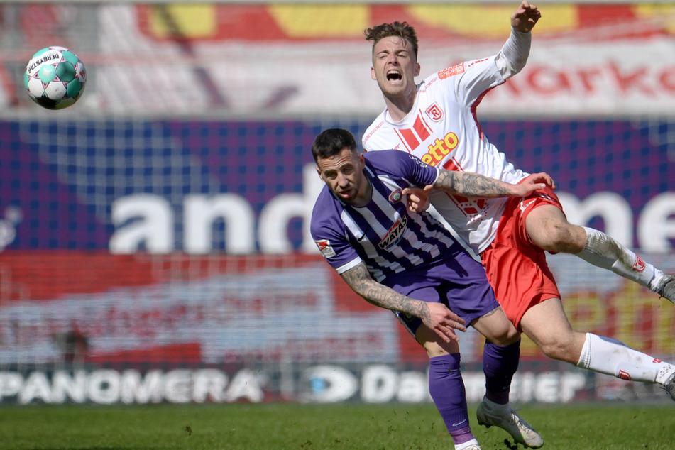 Calogero Rizzuto (29, links) hier noch im Trikot von Erzgebirge Aue im Zweikampf mit Regensburgs Max Besuchkow trägt künftig das Dress des FC Hansa Rostock.