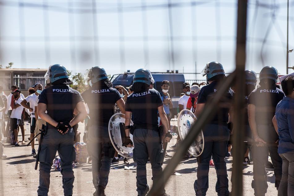 Juli 2020: Italienische Polizisten stehen in Porto Empedocle vor tunesischen Migranten. Neben Sizilien ist die Insel Lampedusa Ziel vieler flüchtender Menschen.