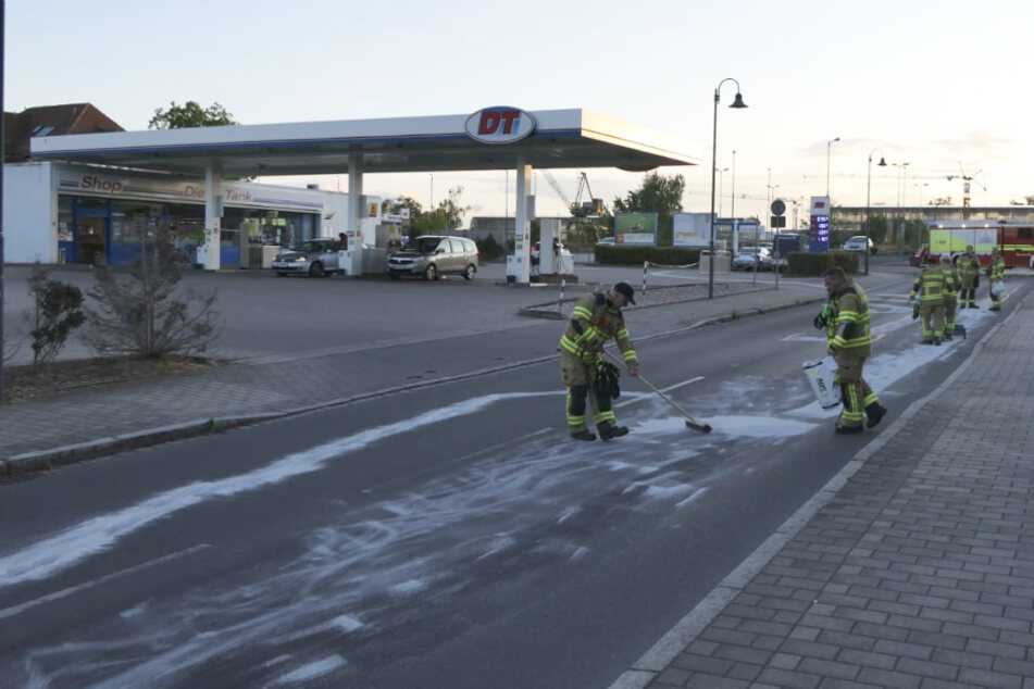 Kameraden der Grimmaer Feuerwehr bei der Beseitigung der Ölspur.
