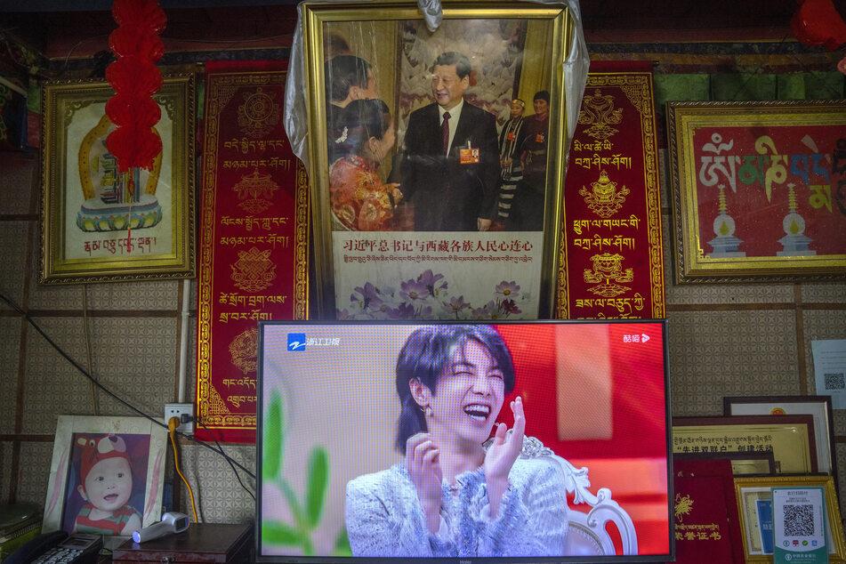 """Das chinesische Fernsehen soll keine Personen mehr zeigen, """"deren politische Ansichten inkorrekt sind"""". Dazu gehören offenbar auch Männer, die etwas feminin wirken."""