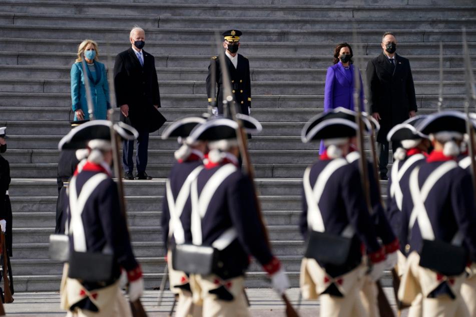 Präsident Joe Biden (78, 2. v.l.) und seine Ehefrau Jill sowie Kamala Harris, Vizepräsidentin der USA, und ihr Ehemann bei der Inspektion von Truppenteilen.