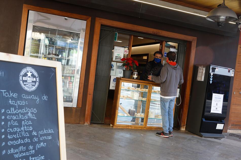 Abholung Ja, Bedienung am Tisch Nein: So sah es lange Zeit auf Mallorca aus. Bis 17 Uhr können Restaurants nun wieder öffnen.