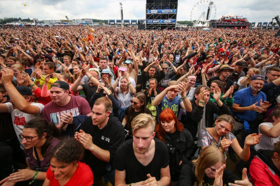 """Fans stehen auf dem Southside-Festival vor der Bühne. Das Musik-Festival gehört wie sein Schwesterfestival """"Hurricane"""" zu den größten deutschen Open-Air-Festivals."""