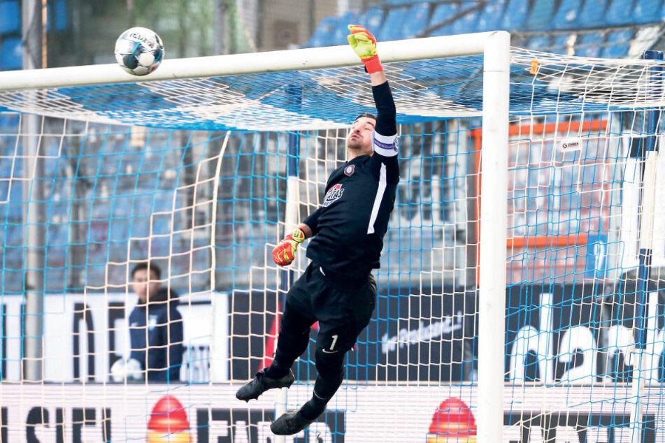 Da fliegt er ins Eck: Martin Männel pariert gegen den VfL Bochum einen Freistoßball.