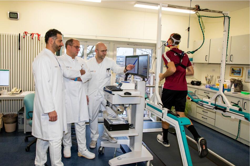 Dynamos Mannschaftsarzt Dr. Onays Al-Sadi (l.) wird auch am heutigen Donnerstag wieder mit seinen Kollegen die Leistungsdiagnostik der Spieler überwachen.