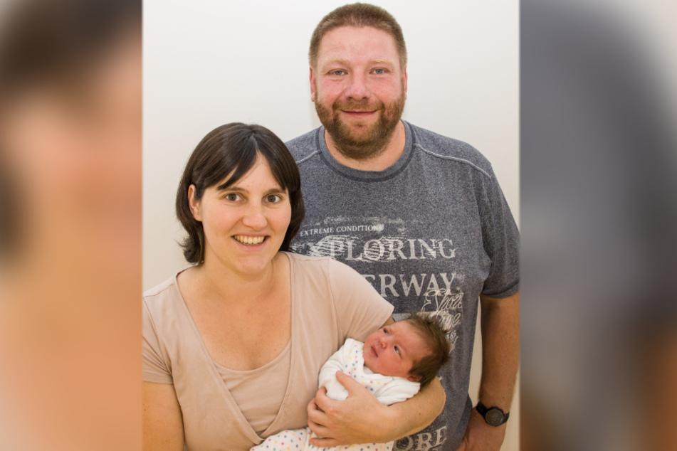 Kathrin (31) und Sandro Winkler (43) freuen sich über ihre eilige Luise, die als Jubiläums-Baby zur Welt kam.