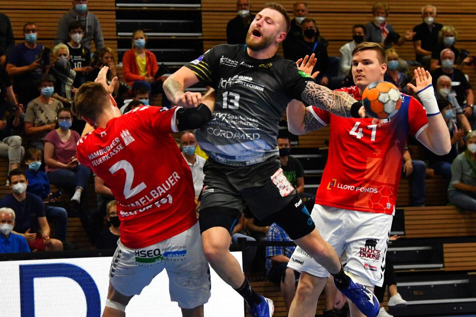 Szene aus dem Galaauftritt des HCE gegen den HSV in der vergangenen Saison: Mindaugas Dumcius (26, M.) im Angriff gegen zwei Hamburger.