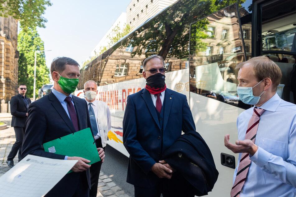 Vor der Staatskanzlei sprach Ministerpräsident Kretschmer mit Betroffenen.