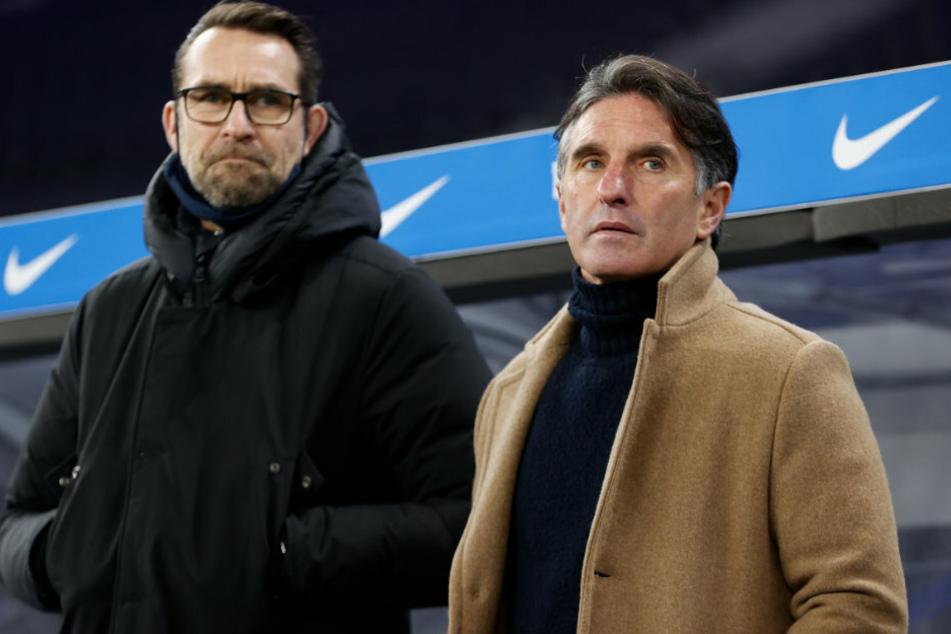 Herthas Trainer Bruno Labbadia (54, r.) und Manager Michael Preetz (53) stehen vor dem Spiel vor der Bank.