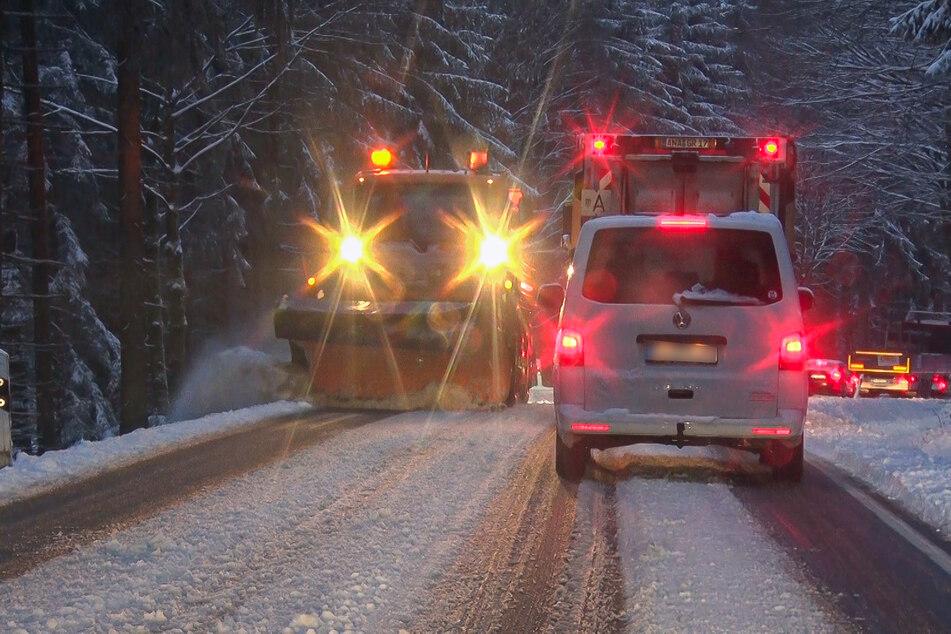 Winterdienst im Dauereinsatz: Bis zu zehn Zentimeter Neuschnee fielen am Dienstagmorgen im Erzgebirge.