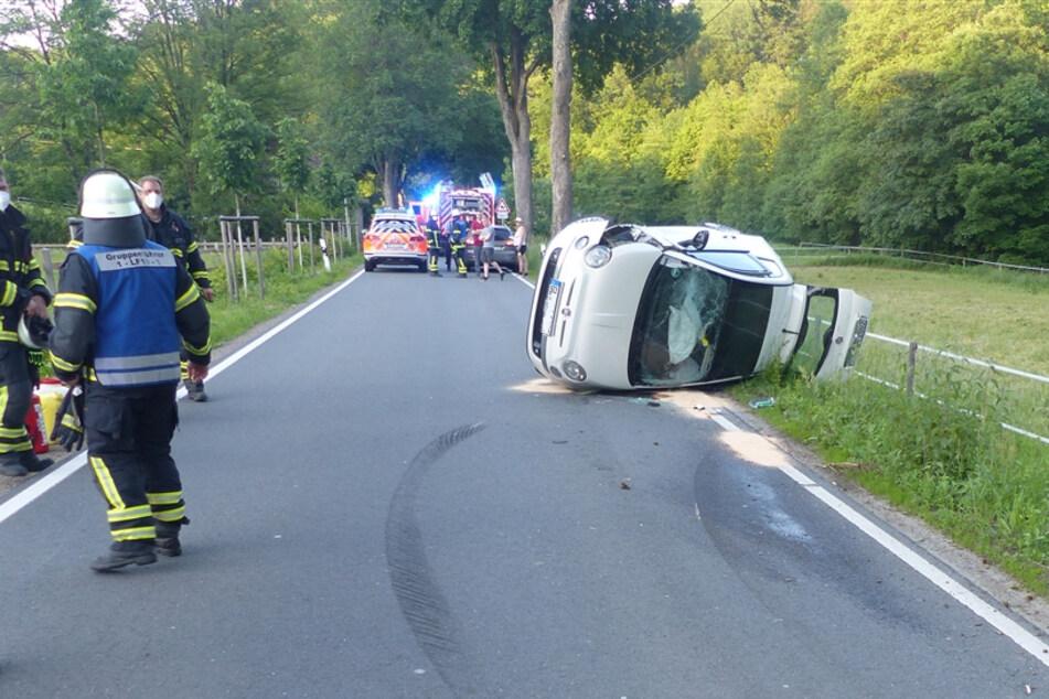 19-Jährige lässt sich durch verschüttetes Getränk ablenken und baut schweren Unfall: zwei Verletzte