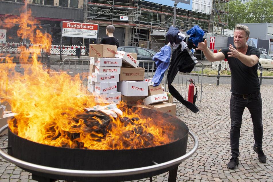 Auf dem Kölner Rudolfplatz warf der Reporter Jenke von Wilmsdorff (55) Altkleider in lodernde Flammen.