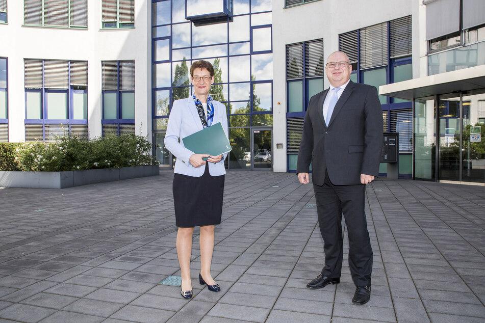 SAB-Vorstand Ronald Kothe und die Vorstandsvorsitzende Katrin Leonhardt (beide 54) vor dem Sitz der Sächsischen Aufbaubank in Dresden.