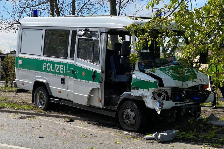 Der Crash hat beim Polizeiwagen Spuren hinterlassen. Drei Polizisten wurden laut Feuerwehr verletzt.