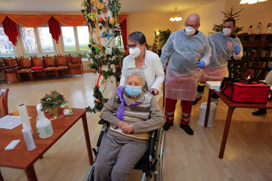 Die 101-jährige Edith Kwoizalla (Mitte, unten) bei ihrem Impftermin im Seniorenzentrum Krüger in Halberstadt.