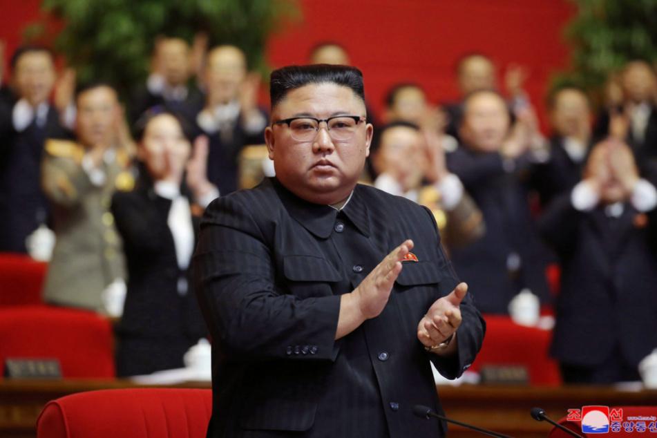 Auf diesem von der nordkoreanischen Regierung zur Verfügung gestellten Foto nimmt der nordkoreanische Führer Kim Jong Un am achten Kongress der herrschenden Arbeiterpartei teil.