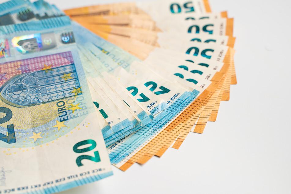 Viele Menschen halten im Moment ihr Geld fest. Das ist schlecht für die Konjunktur im Land.