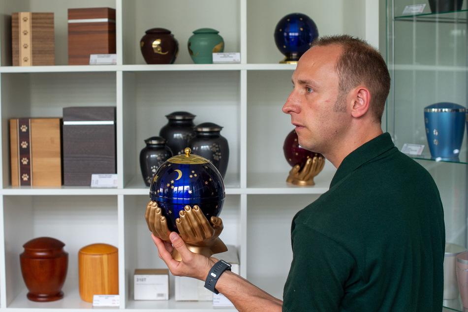 Alexander Topf, Tierbestatter der Anubis-Tierkrematorium-Niederlassung in Calbe zeigt eine Urne für Tierasche.