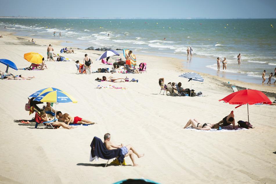 Entspannt und mit Abstand am Strand liegen: In Spanien ist das momentan kein Ding der Unmöglichkeit.