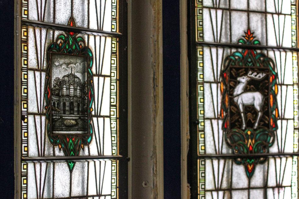 Zwei der historischen Fenster zeigen den Zwinger und den Weißen Hirsch.