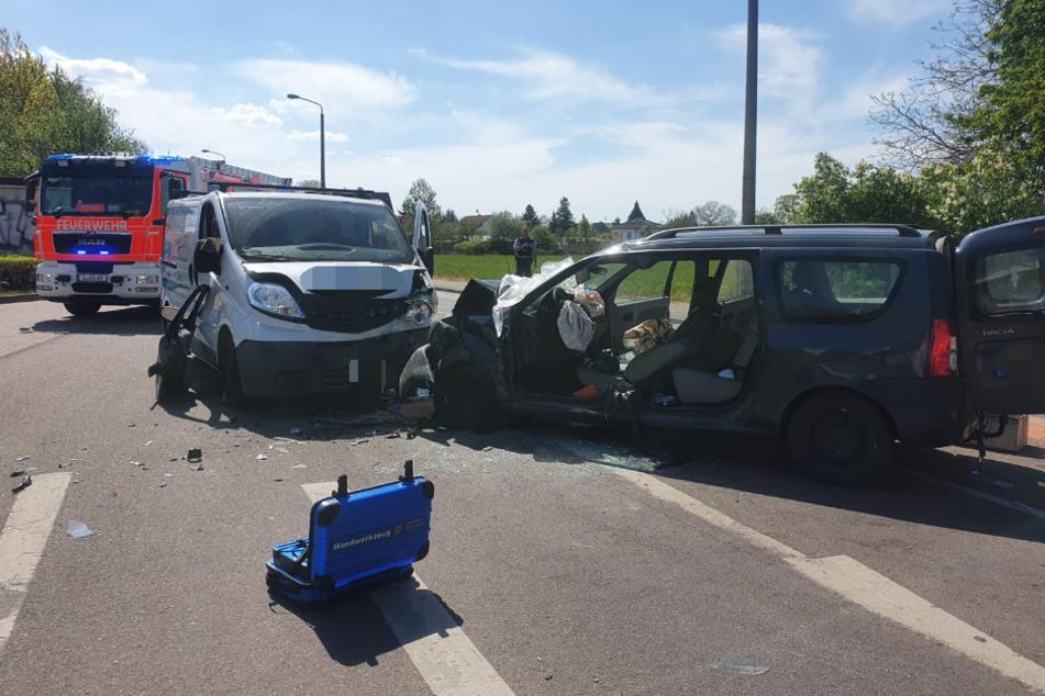 Transporter kracht in Auto: Schwerer Unfall in Leipzig!