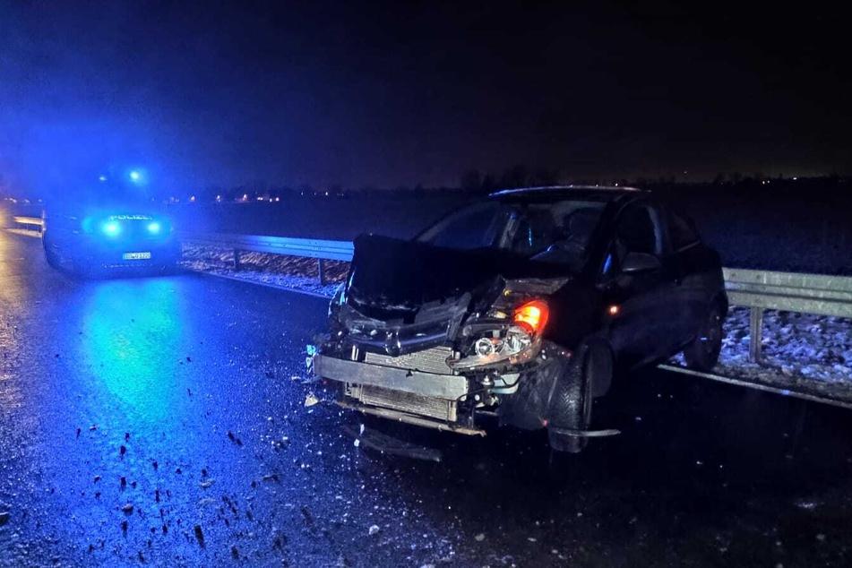 Auto kommt in Kurve von Straße ab und kracht in Leitplanke