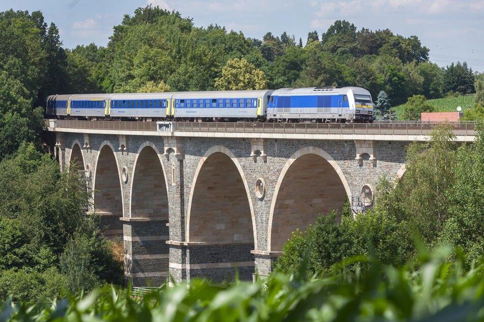 Zwischen Leipzig und Chemnitz fährt ein Regionalzug mit alten DDR-Waggons. Gezogen werden diese von einer Diesellok - die Strecke ist nicht elektrifiziert.