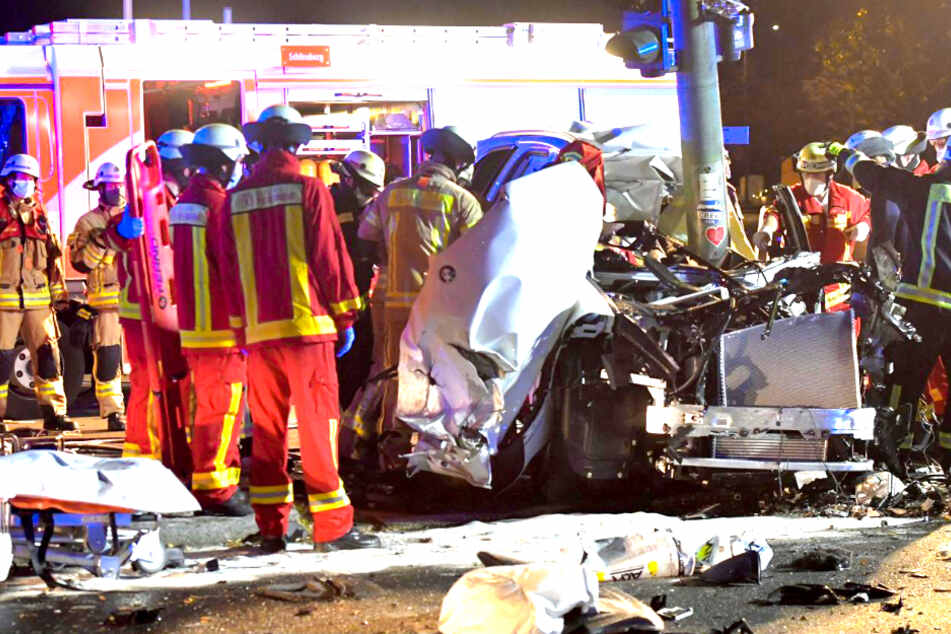Horror-Unfall in Berlin! BMW zerschellt an Ampelmast