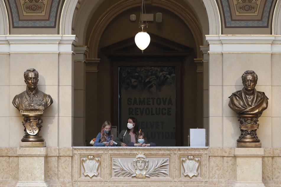 Besucher tragen Mundschutze im Nationalmuseum in Prag.