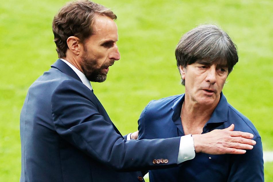 Englands Nationaltrainer Gareth Southgate (50, l.) und Deutschlands Bundestrainer Joachim Löw (61) umarmen sich nach dem Spiel.