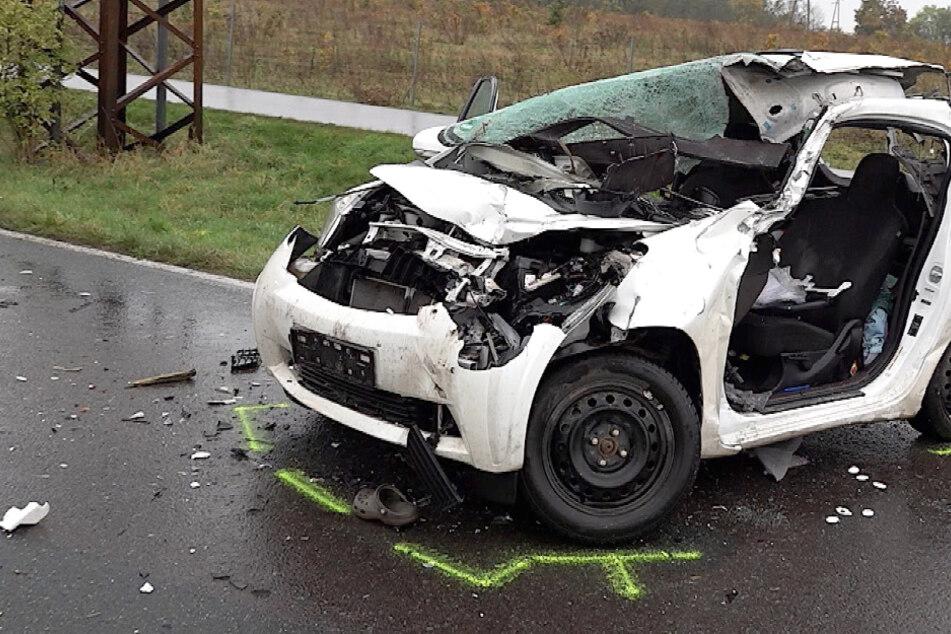 Horror-Crash: Kleinwagen kracht in Telefonmast-Transporter, Fahrerin stirbt