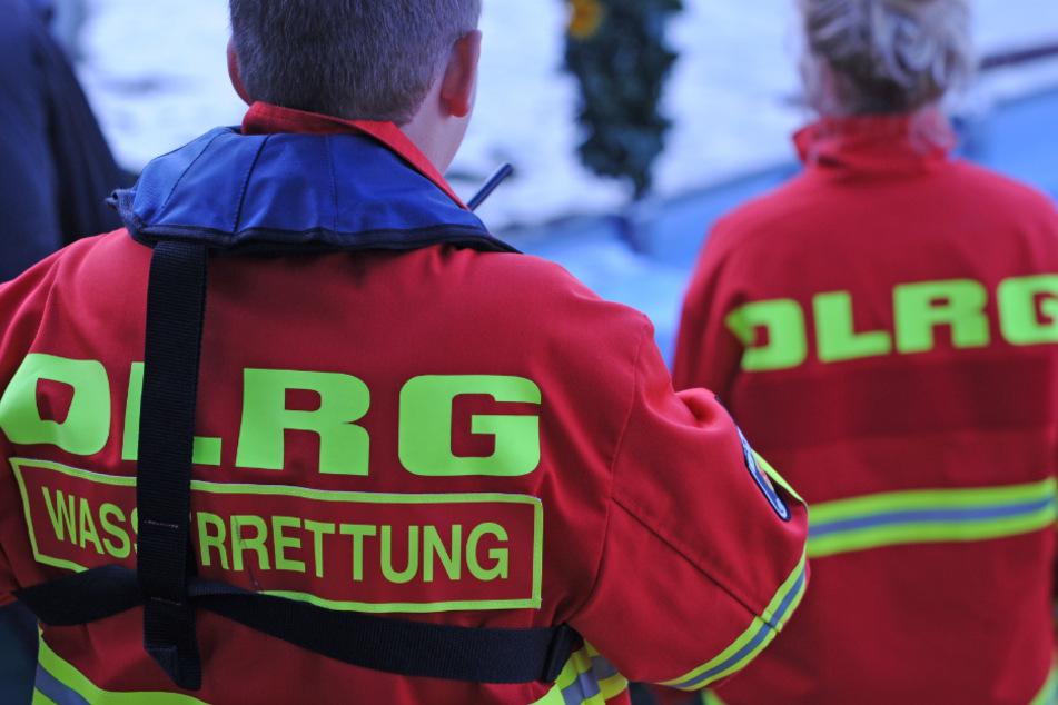 Rettungskräfte von DLRG, Rettungsdienst und Feuerwehr waren ausgerückt, da noch unklar war, ob sich Menschen in dem Auto befanden. (Symbolbild)