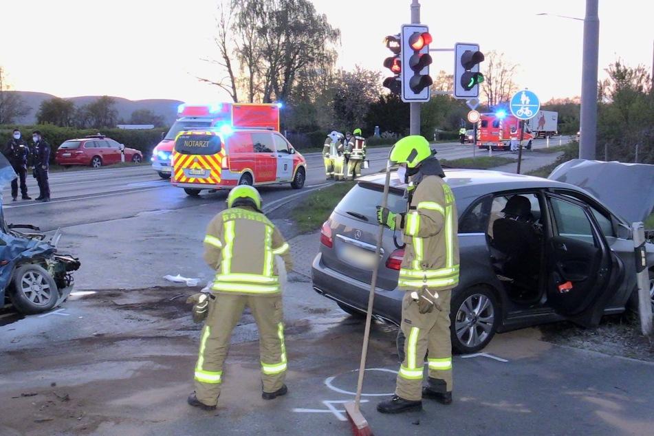 Ein 21-Jähriger aus Ratingen war am Sonntagabend beim Abbiegen mit seinem Wagen frontal gegen das entgegenkommende Auto eines 77-Jährigen gestoßen.