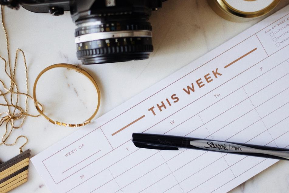 Zeitpläne für den kommenden Tag oder auch die Woche zu schreiben, hilft unheimlich gegen Prokrastination und ständiges Ablenken-lassen.